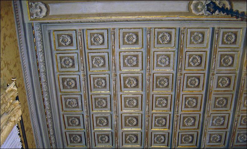 Restauro di soffitto a cassettoni rosa restauri